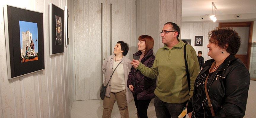 De la Fuente recorriendo la exposición junto a unas visitantes.