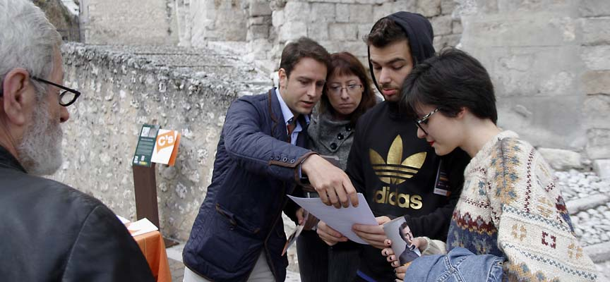 Alberto Quevedo junto a algunas de las personas que se acercaron a la mesa informativa.