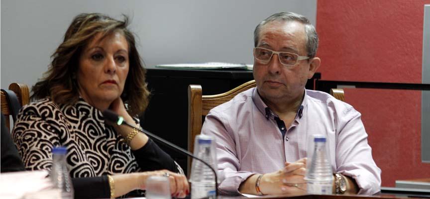 La concejala de Medio Ambiente Monserrat Rodrigo junto al edil de Festejos en un pleno.