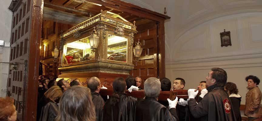 La cofradía del Cristo Yacente recibe numerosas ofertas para portar la imagen en Viernes Santo