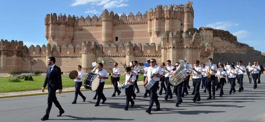 Banda Municipal de Coca junto al Castillo de la localidad.