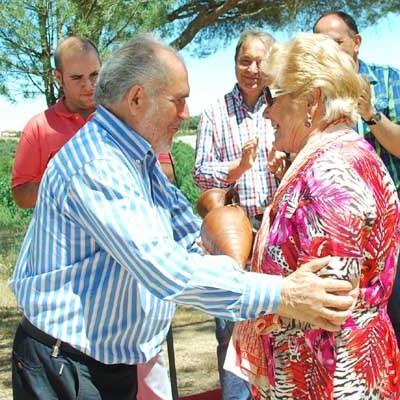 """El PSOE de Coca homenajeó a Amor Catalina  entregándole su """"Rosa de Pinares"""""""