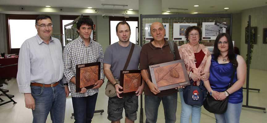 Tres de los autores premiados posan junto a responsables de la asociación cultural Peña la Plaga y el concejal Luis Senovilla.