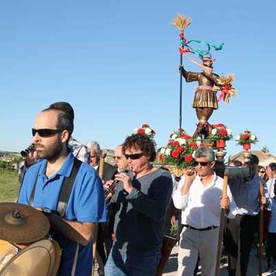 San Isidro salió en procesión al son de la dulzaina y el tamboril