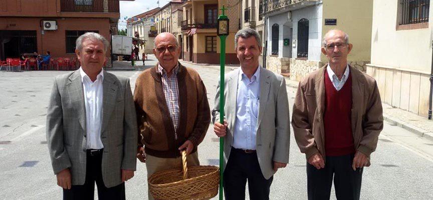 Junta de la Cofradía potando la cesta y vara.