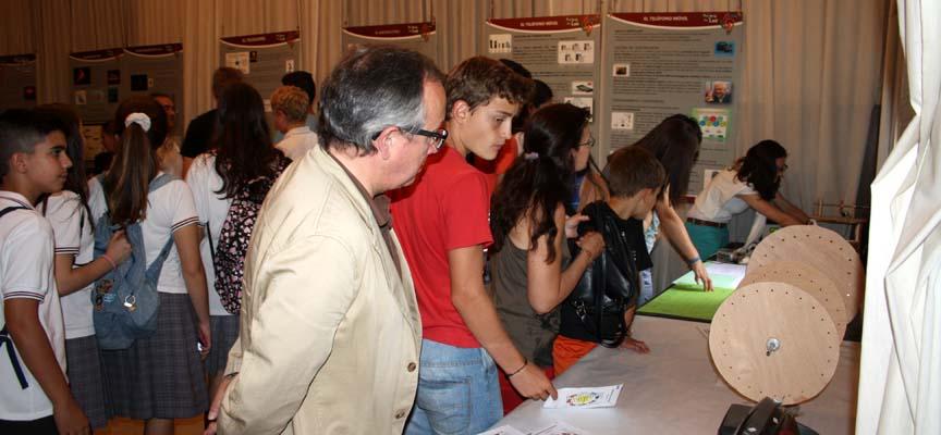 López Escobar durante su visita a la exposición.