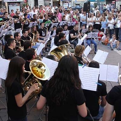 La villa inició el verano con el Paseo Musical