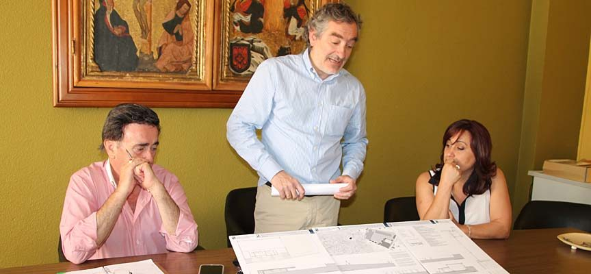 El arquitecto municipal, Gonzalo Bobillo presentando el proyecto.