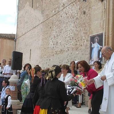 Aguilafuente inicia sus fiestas con la ofrenda a la virgen