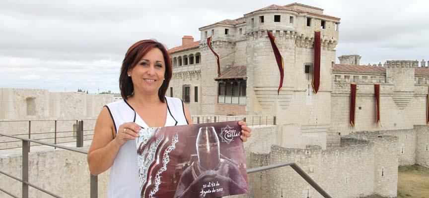 La concejala de Turismo, Nuria Fernández, ante el Castillo engalanado para Cuéllar Mudéjar.