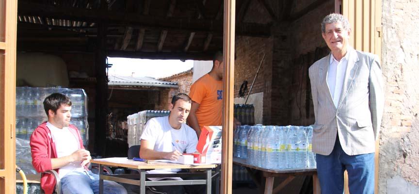 Andrés García, Alcalde de Lastras de Cuéllar, junto al punto de reparto de agua.