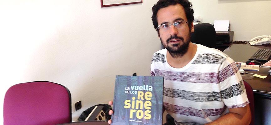"""Diego Gómez muestra un ejemplar de su libro """"La vuelta de los resineros""""."""