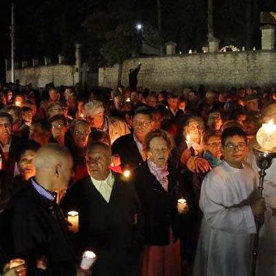 Centenares de personas se dieron cita en el Rosario de Antorchas que precedió a la Romería de El Henar de hoy