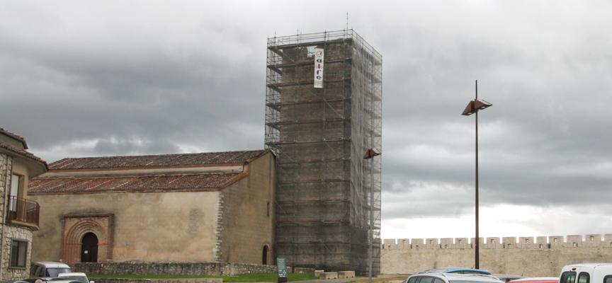 Los andamios cubren la torre del templo. |Foto: Nuria Pascual|