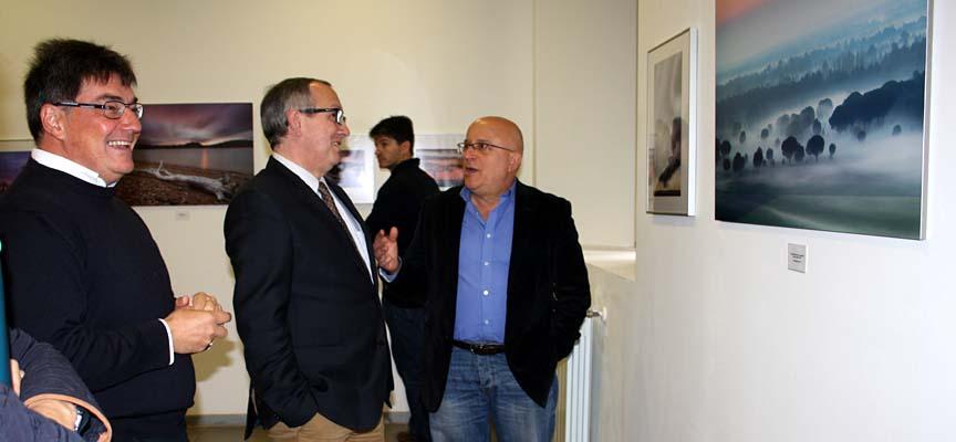 Eduardo Marcos (izq) en su recorrido por la exposición junto al Delegado Territorial de la Junta.