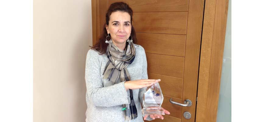 Marta Madroño muestra el trofeo recibido.