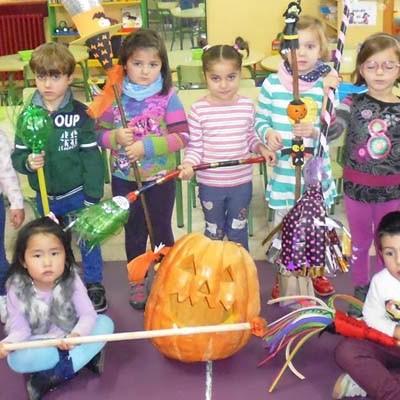 Los alumnos de Santa Clara confeccionaron escobas para el concurso de Halloween