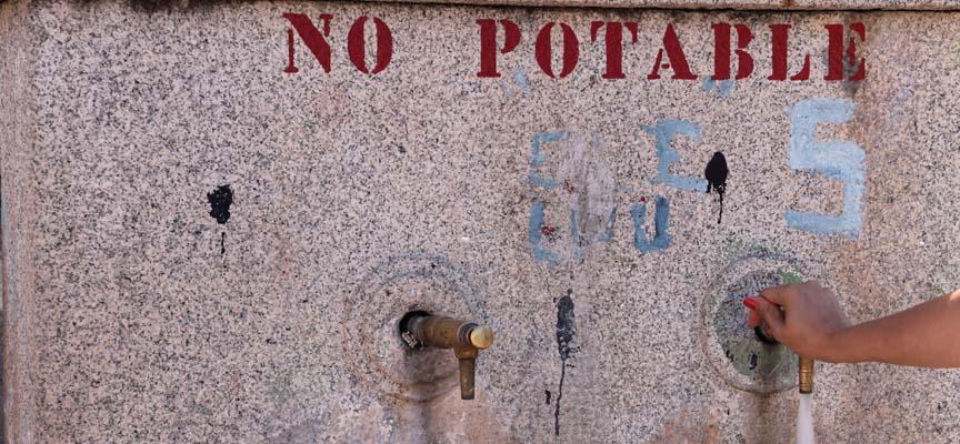 """Fuente en la Plaza Mayor de Lastras de Cuéllar donde se indica que el agua es """"No Potable""""."""
