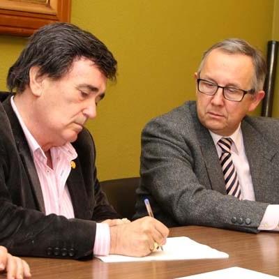 El delegado Territorial y el alcalde de Cuéllar firman la cesión de tres inmuebles en la villa a la Fundación Santa María Magdalena