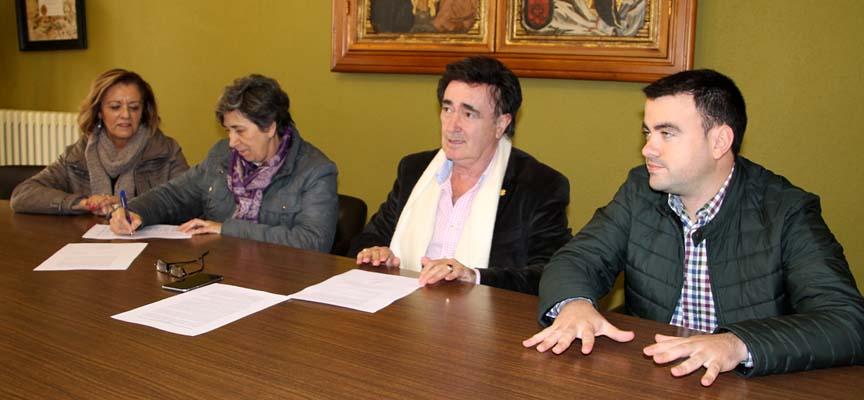 Firma del manifiesto por parte de los representantes de los tres grupos municipales.