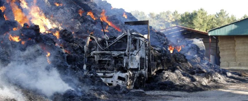 Calcinadas tres mil toneladas de paja y cuatro camiones en la carretera de Torrescárcela