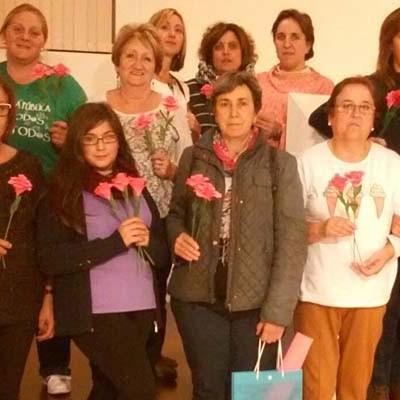 La Asociación de Vecinos La Cuesta-El Salvador impartió un taller de confección de flores de papel
