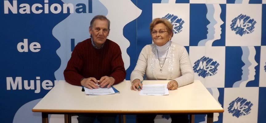 Juana Borrego, presidenta de Femur, y el alcalde de Hontalbilla en la firma del convenio.