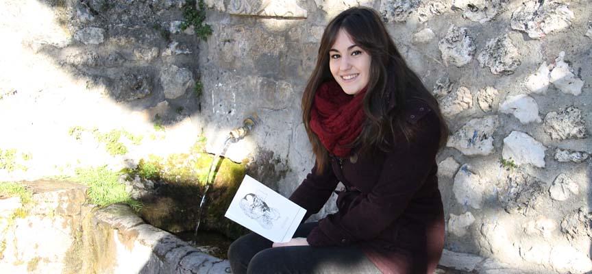 Sara Balporte junto a su libro en La Peñuela.