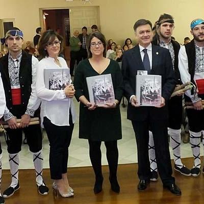 """Fuencisla Álvarez  presentó su libro sobre """"Las danzas de palos en la provincia de Segovia"""""""