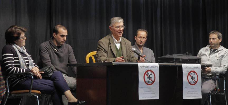 """Integrantes de la plataforma """"No más mierda"""" durante su asamblea general."""