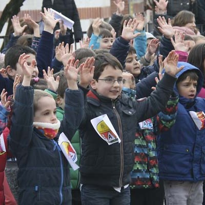 Carreras, canciones y fruta solidaria en el Día de la Paz en los colegios San Gil y Santa Clara