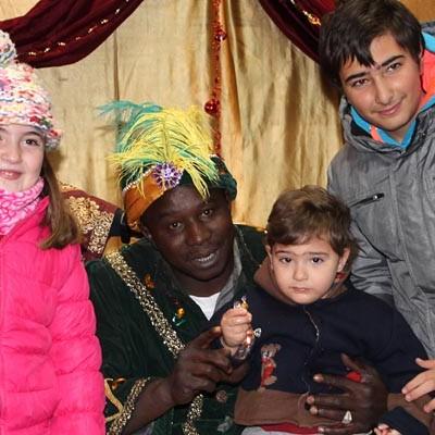 Centenares de niños entregan al Paje Real sus cartas para los Magos de Oriente