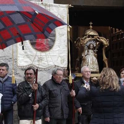 La iglesia de San Miguel acogió la procesión y danzas al Niño de la Bola a causa de la lluvia