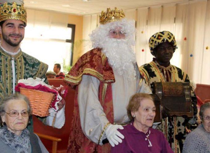 Los Reyes Magos inician su recorrido llevando ilusión a los mayores