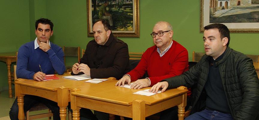 De izquierda a derecha, Héctor Pascual, José Luis Acebes, Jesús Yubero y Carlos Fraile durante la reunión con cargos socialistas de la comarca en el Centro Cultural de Sanchonuño.