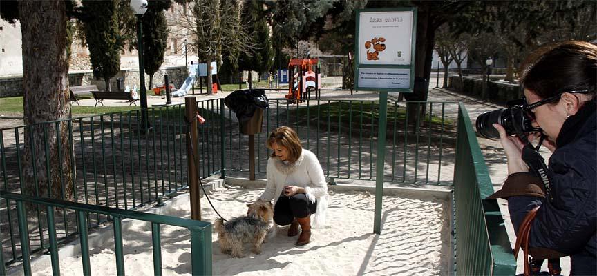 La concejal de Medio Ambiente, Montserrat Rodrigo, con su perro en los Paseos de San Francisco durante la presentación de las áreas caninas.