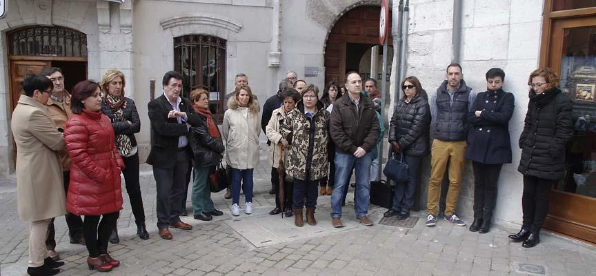Miembros del Equipo de Gobierno, Funcionarios y vecinos se congregaron ante el Ayuntamiento.