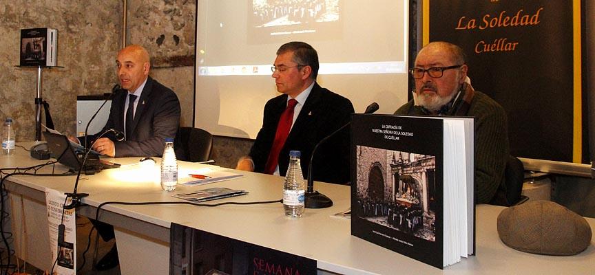 José Luis Herrero (izquierda), Alfredo Polo (centro) y Juan Carlos Llorente durante la presentación del libro en el palacio de Pedro I.