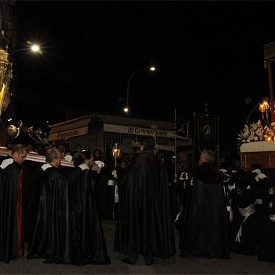 Expectación, silencio y devoción en el Viernes Santo cuellarano