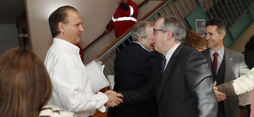 El coordinador del Centro de Salud de Cuéllar, Juan Antonio Morante (izquierda), recibe al delegado territorial de la Junta, Javier López-Escobar