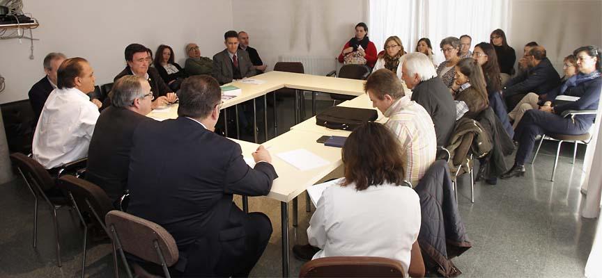 Reunión entre el delegado territorial de la Junta, el alcalde de Cuéllar y personal en el Centro de Salud de la villa.