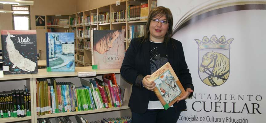 La concejala de Cultura en el área infantil de la biblioteca.
