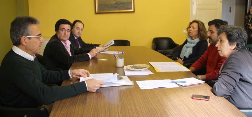 Representantes del Equipo de Gobierno, IU y los padres de la víctima del Alvia al comienzo de la reunión.