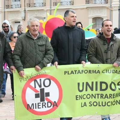 """Fuentepelayo y su entorno se enfrentaron a la """"Ley del silencio"""" al grito de ¡No más mierda!"""