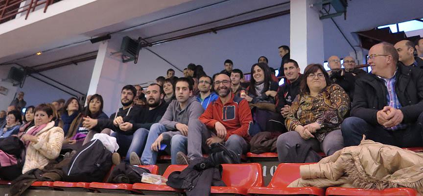 Algunos de los aficionados del Club Pelota Valellado que acudieron al frontón de Colmenar Viejo.