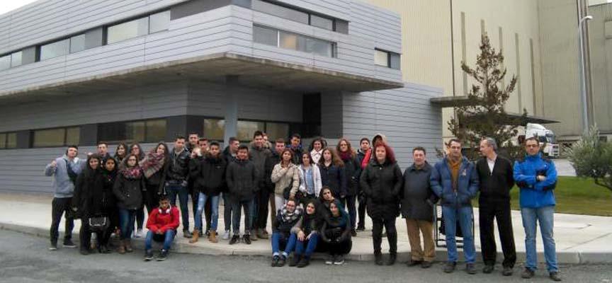 Alumnos participantes en el programa visitando una empresa colaboradora.