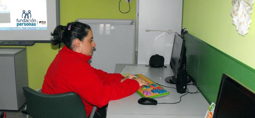 Rebeca Suárez, en el aula de Nuevas tecnologías del centro Mar de Pinares.