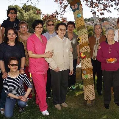 El Centro de Día llena de colores su jardín con la ayuda de la Asociación La Cuesta El Salvador