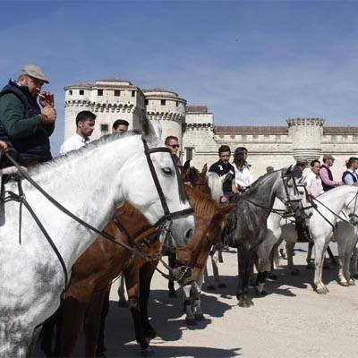 Un paseo a caballo hasta El Henar marca el inicio de las actividades de la Feria de Mayo