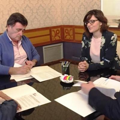 Diputación, Ayuntamiento de Cuéllar y Padres Carmelitas firman un convenio para continuar la catalogación de los fondos de la biblioteca del Santuario
